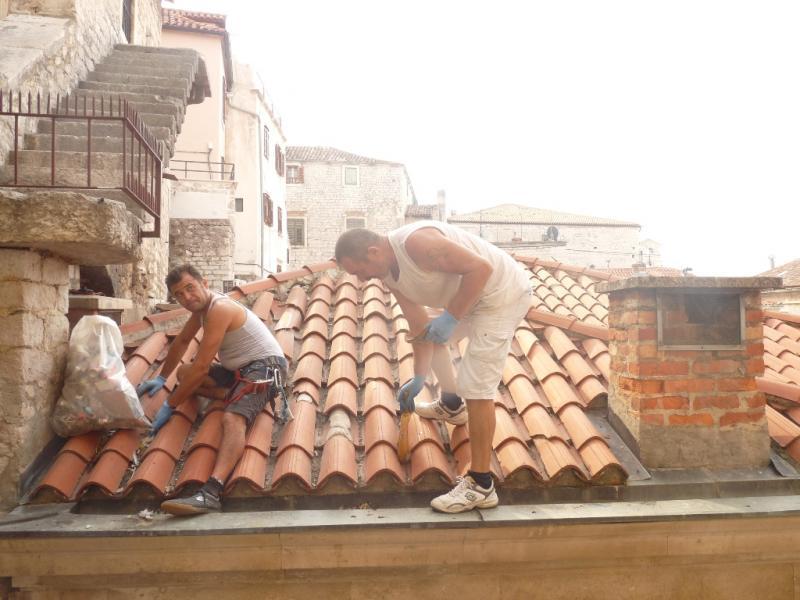 Šibenski planinari očistili krov vijećnice