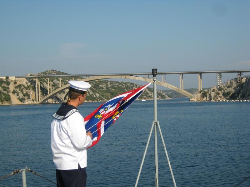 Vijenac u more kod Šibenskog mosta za poginule branitelje