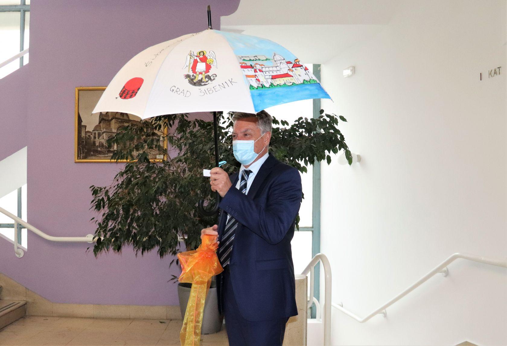"""Djeca iz """"Šibenske kartuline"""" gradonačelniku poklonila unikatni kišobran"""