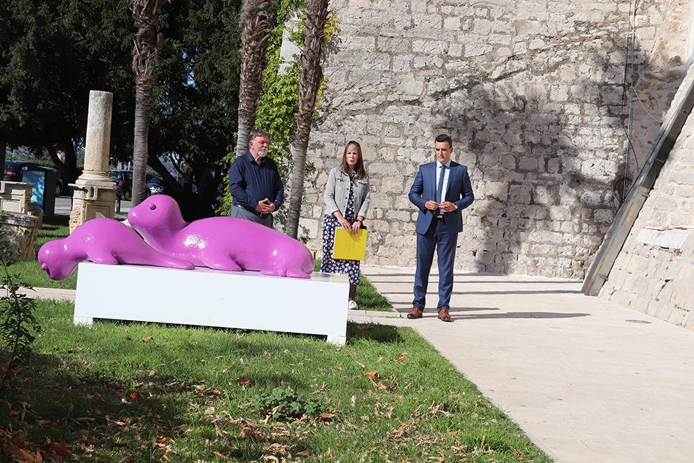 """Šibenik dobio interaktivnu skulpturu  """"Mediteranska medvjedica i mladunče"""" stvorenu za dječju igru"""