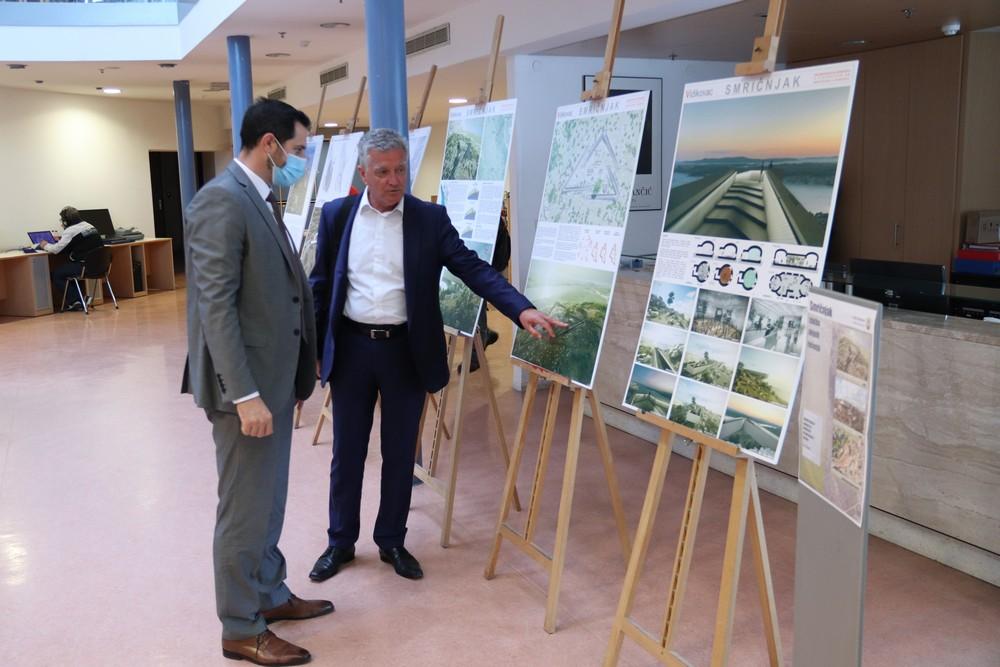 Državni tajnik Tonči Glavina razgledao izložbu arhitektonskih rješenja uređenja Smričnjaka
