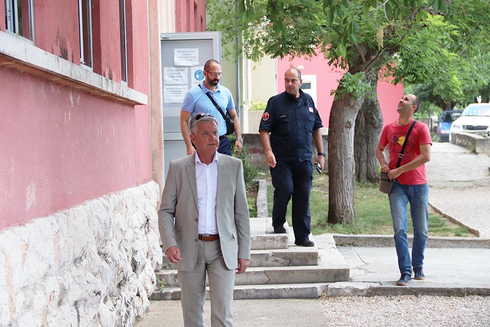 Gradonačelnik Burić obišao školu u Vrpolju koja je u potresu pretrpjela oštećenja -nastava će se do kraja nastavne godine odvijati on line