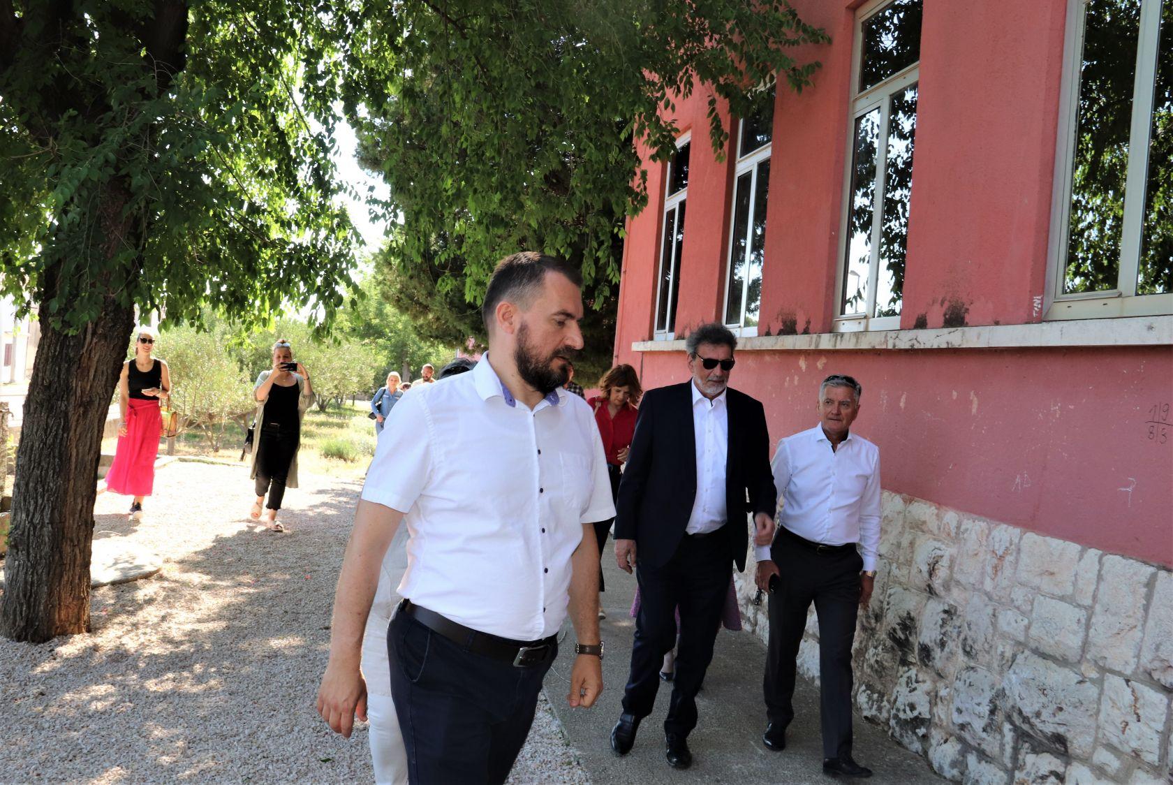 Ministar Radovan Fuchs obišao OŠ Vrpolje oštećenu u nedavnom potresu