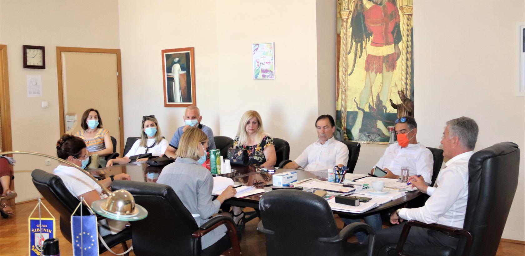 Burić okupio ravnatelje: Europskim novcem osigurati šibenskim osnovcima nastavu u jednoj smjeni