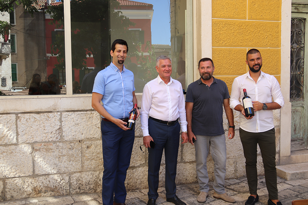 Gradonačelnik Željko Burić i direktor TZ-a Dino Karađole čestitali nagrađenim šibenskim vinarima