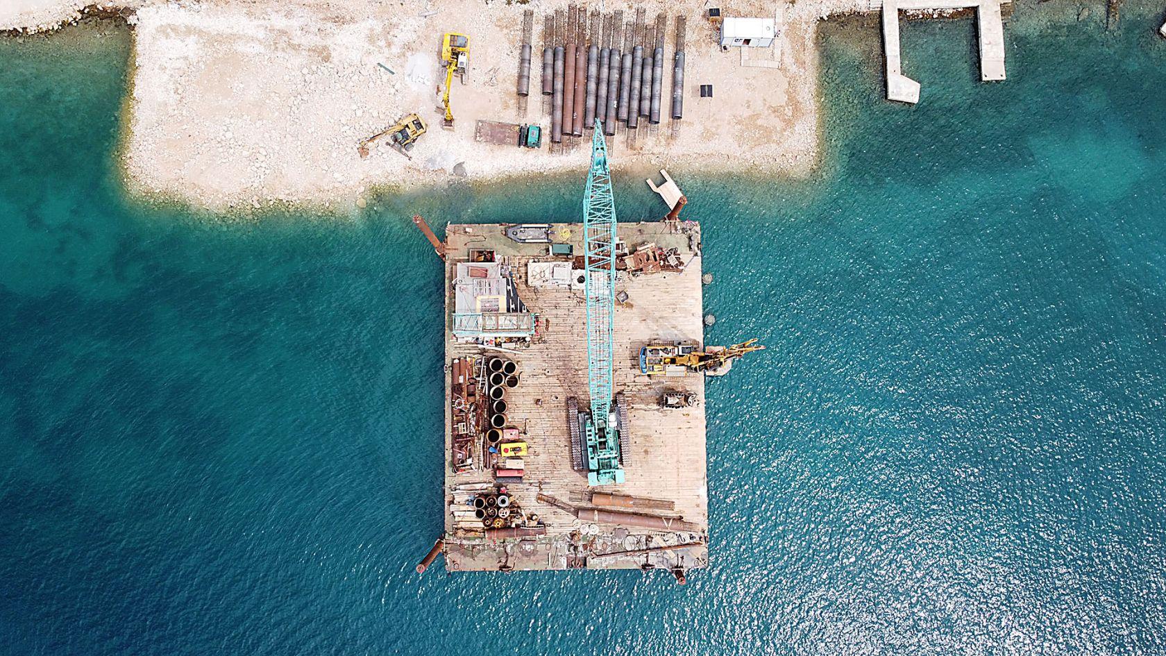 Završeno je bušenje, u tijeku radovi betoniranja pilota. U rujnu montaža prvih elemenata konstrukcije pristanišnog gata.