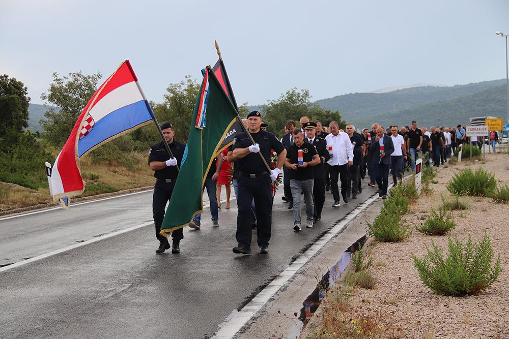 Cvijeće i svijeće u znak sjećanja na Marinka Karduma i  sve  hrvatske branitelje koji su dali život za Domovinu